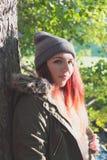 Mujer atractiva joven en otoño Fotografía de archivo libre de regalías
