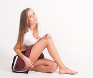 Muchacha atractiva en top y falda del cortocircuito Imagenes de archivo