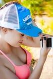 Mujer atractiva joven en traje de baño en snapback en su cabeza Imagen de archivo libre de regalías