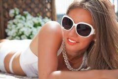 Mujer atractiva joven en un día de verano Foto de archivo