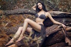 Mujer atractiva joven en un traje de baño Imágenes de archivo libres de regalías