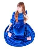 Mujer atractiva joven en un vestido de noche azul largo Fotos de archivo libres de regalías