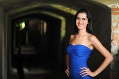 Mujer atractiva joven en vestido azul Imagen de archivo