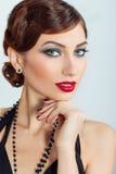 Mujer atractiva joven hermosa con maquillaje y pelo de la tarde, con el lápiz labial rojo Fotos de archivo