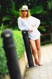 Mujer atractiva joven hermosa de Asia que presenta en el parque Fotografía de archivo