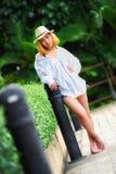 Mujer atractiva joven hermosa de Asia que presenta en el parque imagenes de archivo
