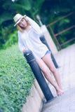 Mujer atractiva joven hermosa de Asia que presenta en el parque foto de archivo libre de regalías