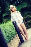 Mujer atractiva joven hermosa de Asia que presenta en el parque Foto de archivo