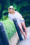 Mujer atractiva joven hermosa de Asia que presenta en el parque fotos de archivo
