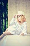 Mujer atractiva joven hermosa de Asia que presenta en la piscina Imagen de archivo libre de regalías