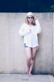 Mujer atractiva joven hermosa de Asia que presenta en la piscina cercana Imagen de archivo libre de regalías