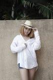 Mujer atractiva joven hermosa de Asia que presenta en la piscina cercana foto de archivo libre de regalías