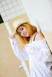 Mujer atractiva joven hermosa de Asia que presenta en la piscina cercana Fotografía de archivo