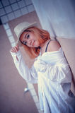 Mujer atractiva joven hermosa de Asia que presenta en la piscina cercana imágenes de archivo libres de regalías