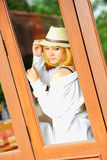 Mujer atractiva joven hermosa de Asia que presenta en la ventana Fotografía de archivo