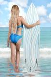Mujer atractiva joven hermosa en persona que practica surf del bikini con la tabla hawaiana Imagen de archivo