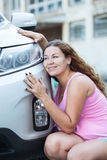 Mujer atractiva joven que ama su nuevo coche Imagenes de archivo