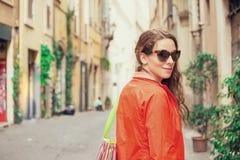 Mujer atractiva joven que camina en ciudad foto de archivo libre de regalías