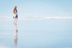Mujer atractiva joven que camina en sorprender la playa de Nueva Zelanda Imagen de archivo