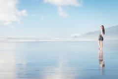 Mujer atractiva joven que camina en sorprender la playa de Nueva Zelanda Fotos de archivo