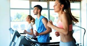 Mujer atractiva joven que hace el entrenamiento cardiio en gimnasio imágenes de archivo libres de regalías