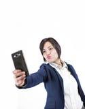 Mujer atractiva joven que hace la foto del selfie en smartphone Fotografía de archivo