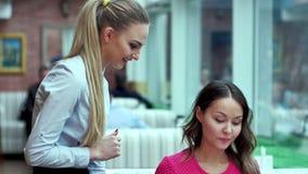 Mujer atractiva joven que hace orden en el restaurante almacen de video