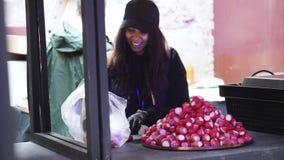 Mujer atractiva joven que lleva el sombrero negro y raddish rojo de las clases oscuras de la ropa almacen de video