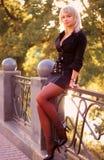 Mujer atractiva joven que presenta en paisaje del otoño Imagen de archivo