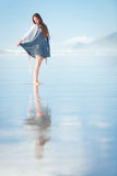 Mujer atractiva joven que presenta en sorprender la playa de Nueva Zelanda Fotos de archivo