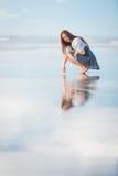 Mujer atractiva joven que presenta en sorprender la playa de Nueva Zelanda Foto de archivo