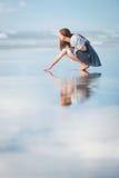Mujer atractiva joven que presenta en sorprender la playa de Nueva Zelanda Imagen de archivo libre de regalías