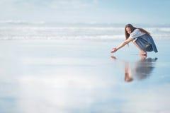 Mujer atractiva joven que presenta en sorprender la playa de Nueva Zelanda Fotografía de archivo libre de regalías