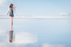 Mujer atractiva joven que presenta en sorprender la playa de Nueva Zelanda Imágenes de archivo libres de regalías