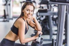 mujer atractiva joven que se relaja en el gimnasio imágenes de archivo libres de regalías