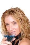 Mujer atractiva, joven que sostiene un Martini de cristal Foto de archivo libre de regalías