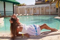 Mujer atractiva joven que tiene buen tiempo Fotografía de archivo libre de regalías