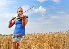 Mujer atractiva joven que toca el violín Fotos de archivo