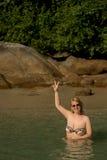 Mujer atractiva joven que toma el sol en el mar Imagen de archivo libre de regalías