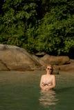 Mujer atractiva joven que toma el sol en el mar Fotos de archivo