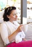 Mujer atractiva joven, sentándose en un café Foto de archivo libre de regalías