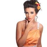 Mujer atractiva pensativa en un vestido elegante imágenes de archivo libres de regalías