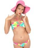 Mujer atractiva Pin Up Model en un bikini Foto de archivo