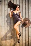 Mujer atractiva propensa en cubierta de madera imagen de archivo