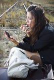 Mujer atractiva que aplica el lápiz labial Imagen de archivo