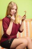 Mujer atractiva que aplica el lápiz labial la mujer con el palillo Fotografía de archivo