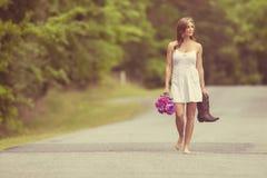 Mujer atractiva que camina con las botas Foto de archivo libre de regalías