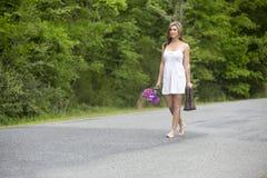 Mujer atractiva que camina en barefeet Imagenes de archivo