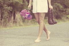 Mujer atractiva que camina en barefeet Imagen de archivo libre de regalías