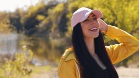 Mujer atractiva que come el caramelo en la naturaleza metrajes